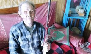 90-летний житель Бурятии нашел под полом своего дома ружье 1962 года
