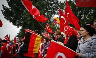 Полиция Турции отобрала у немецких болельщиков флаги с крестами