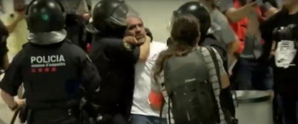 В аэропорту Барселоны произошли столкновения полиции и протестующих