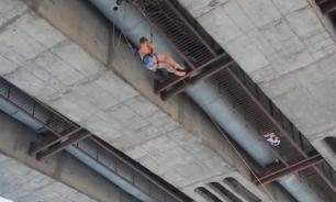 Экстрим-видео: В Новокузнецке девушка с моста прыгнула в прорубь