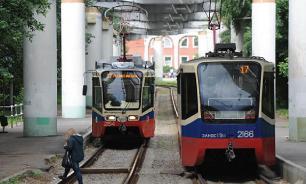 В Новосибирске двое мужчин выбросили из трамвая лишившегося чувств пассажира