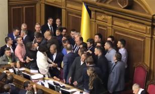 И снова бой: в Раде устроили драку из-за Донбасса