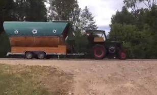 Немецкий пенсионер доехал на ЧМ-2018 на пивном тракторе