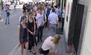 Россияне соболезнуют: К посольству Турции несут цветы и свечи