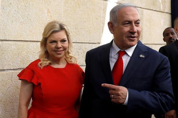 Министр Израиля: Нетаньяху не бросала, а уронила поданный ей каравай