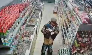 Посетитель кузбасского супермаркета едва не задушил мальчика
