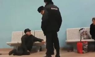 """Сбросивший пенсионера со скамейки полицейский оказался """"давно уволенным"""""""