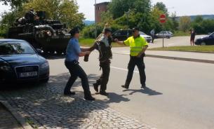 Мужчина нагнулся и снял штаны на военном параде США в Чехии. ВИДЕО
