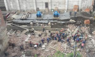 В Новосибирске под рухнувшей стеной здания могут быть 12 человек