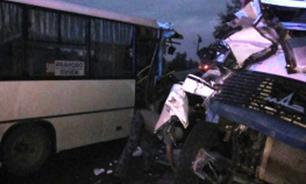 При столкновении автобуса и грузовика под Ярославлем погибли 9 человек