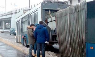 """В Москве прицеп с """"гармошкой"""" решил поехать отдельно от троллейбуса"""