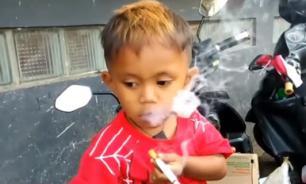 Индонезийка успокаивала 2-летнего сына двумя пачками сигарет в день