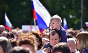 Соцопрос: россияне одинаково плохо относятся к украинцам и американцам