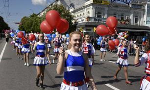 Общественники из США прошли в первомайском шествии в Крыму