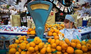 Социологи: Россияне стали закупаться продуктами впрок и экономить валюту