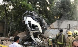 В Тегеране грузовик с цементом протаранил ограду российского посольства