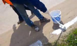 В Тульской области дорожники покрасили пыль на обочине. Видео