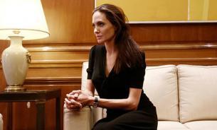 Анджелина Джоли госпитализирована в критическом состоянии. Ее вес - 35 кг