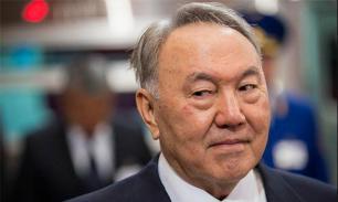 Нурсултан Назарбаев не угрожает, но предупреждает - политолог