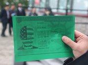 """Гости праздничного приема в консульстве США получили карточки с надписью """"предатель"""""""
