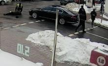 Опубликовано видео: кортеж Порошенко сбивает пенсионера