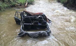 Автомобиль на реке в Туве опрокинулся из-за поломки двигателя