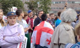 Оппозиция собрала на Сахарова людей с украинскими и грузинскими флагами