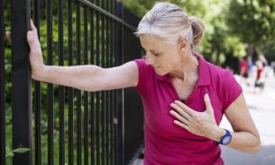 Медики: на скорый инфаркт у женщин указывают тошнота и боли в спине