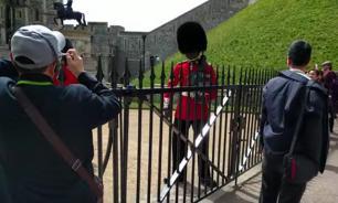 Бешеный гвардеец отогнал туриста от королевского замка