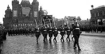 Парад Победы должен был пройти 22 июня, закольцовывая историю - историк