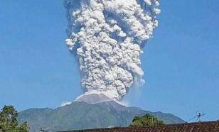 Извержение вулкана в Индонезии на 11,5 км ввысь (видео)
