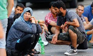 Тысячи мигрантов едут из Венгрии в Вену на спецпоездах и автобусах