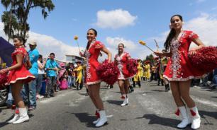 Трамп кулаками машет, а венесуэльцы танцуют