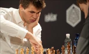 Тяжелый проигрыш: Магнус Карлсен  с гримасой отчаяния покинул подиум