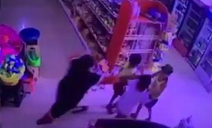 Видео с избиением ребенка в магазине стало антихитом дня