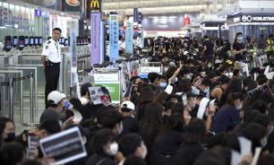 Демонстранты покинули здание аэропорта в Гонконге