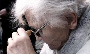 Психолог советует молодежи не уступать место пожилым людям в метро
