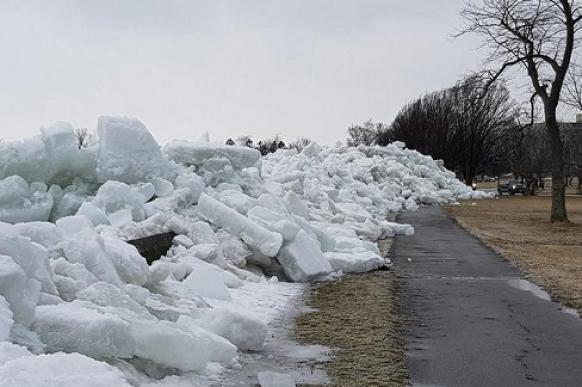 "На озере Эри в Канаде наблюдают ""ледяное цунами"""