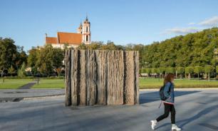 """В Вильнюсе неизвестные облили красной краской мемориал """"лесным братьям"""""""