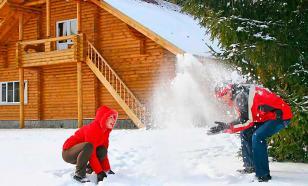 Зимние выходные на даче: сочетаем труд и развлечения