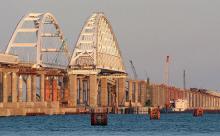 Спецзащиту от тарана кораблями установили на Крымском мосту