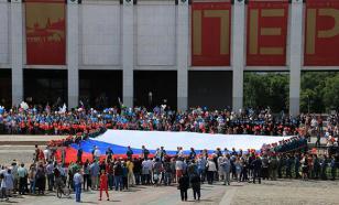 Самый большой российский флаг развернули на Поклонной горе