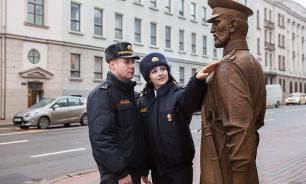 Милиция в Белоруссии заставила подростка извиниться перед скульптурой