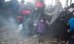 Дорогу в Грецию мигранты проложили тараном, полиция ответила газовой атакой