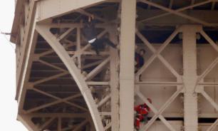 Забравшегося на Эйфелеву башню россиянина направили на лечение