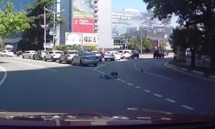 В Сочи из багажника едущего джипа на дорогу выпали двое детей