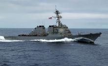 Китайский эсминец отогнал американский корабль от спорных островов