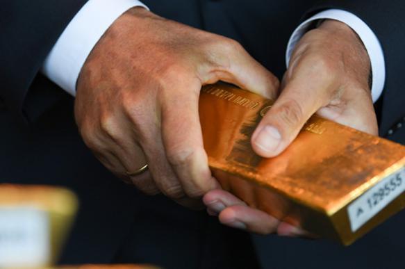 Китай и Россия скупают золото против США