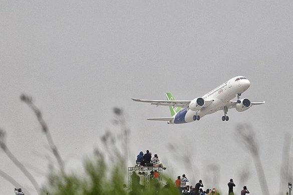 """Монетки, """"на удачу"""" брошенные в двигатель, не дали  в Китае взлететь самолету"""