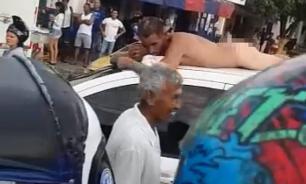 Колумбийка наказала мужа за измену, заставив его проехать по людной улице без одежды